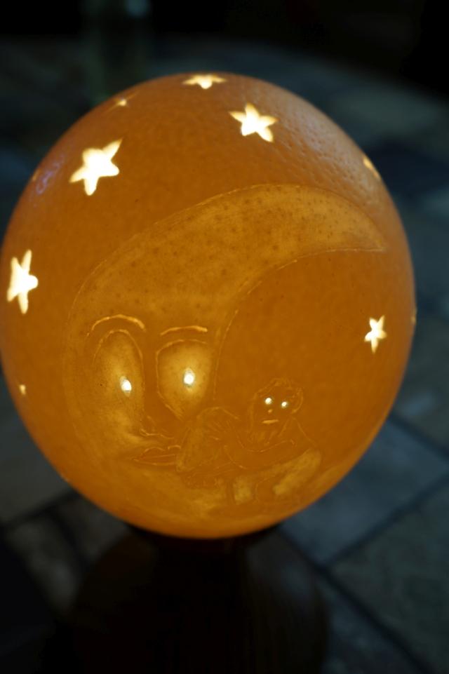 Straußenei 10 - als Lampenschirm geschliffen und gelocht- Motiv: Mann im Mond , Bild 2