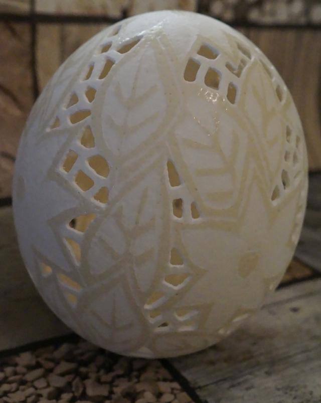 Straußenei 2 - als Lampenschirm geschliffen und gelocht- Motiv: Blume, Bild 2