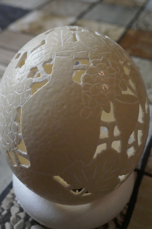 Straußenei 4 - als Lampenschirm geschliffen und gelocht- Motiv: Wein, Bild 2