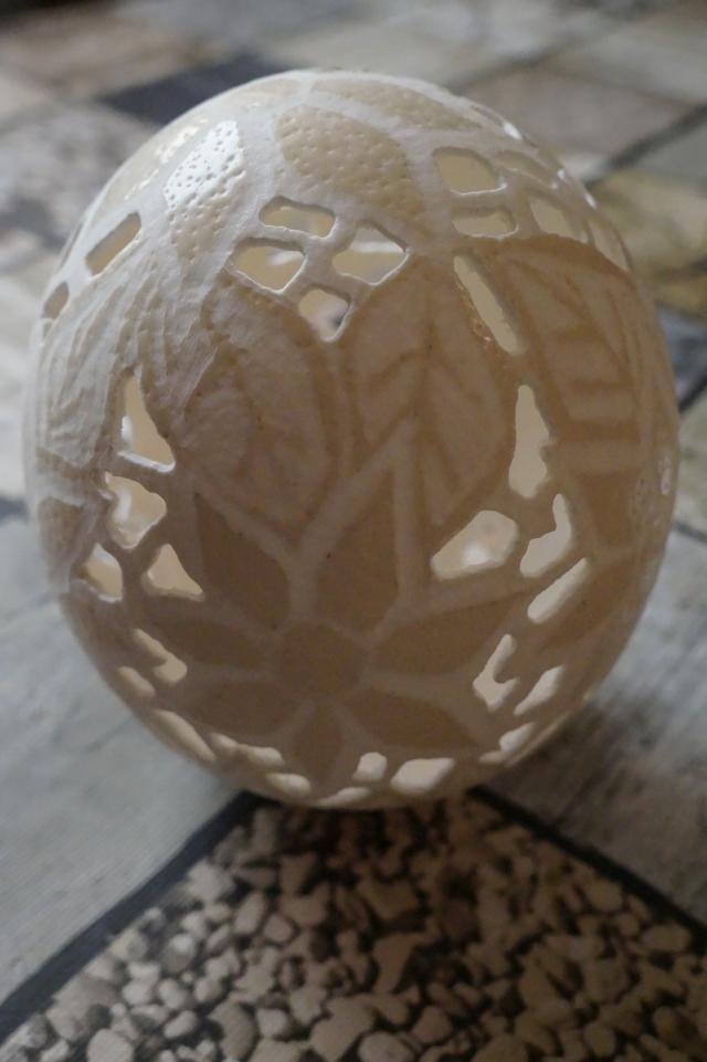 Straußenei 5 - als Lampenschirm geschliffen und gelocht- Motiv: Blume, Bild 2