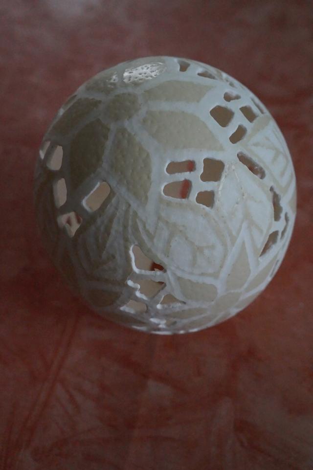 Straußenei 5 - als Lampenschirm geschliffen und gelocht- Motiv: Blume, Bild 6